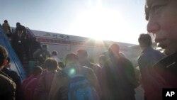 28일 북한 순안국제공항에서 승객들이 베이징발 고려항공에 올라타고 있다.
