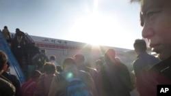 28일 평양을 떠나는 승객들이 북한 순안국제공항에서 베이징행 고려항공에 올라타고 있다. (자료사진)