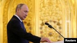 普京在莫斯科克里姆林宮舉行的就職典禮上手按憲法第四次宣誓就任俄羅斯總統。(2018年5月7日)