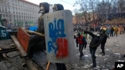 Người biểu tình đụng độ với cảnh sát chống bạo động tại trung tâm thủ đô Kyiv, ngày 20/1/2014.