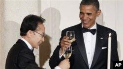 13일 저녁 국빈만찬에서 건배하는 오바마 미국 대통령(우)과 이명박 한국 대통령(좌)