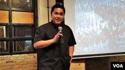 "Erick Thohir berbicara dalam forum dengan para relawan ""Kita Satu"" di Jakarta, Kamis (13/12). (VOA/Ahmad Bhagaskoro)"