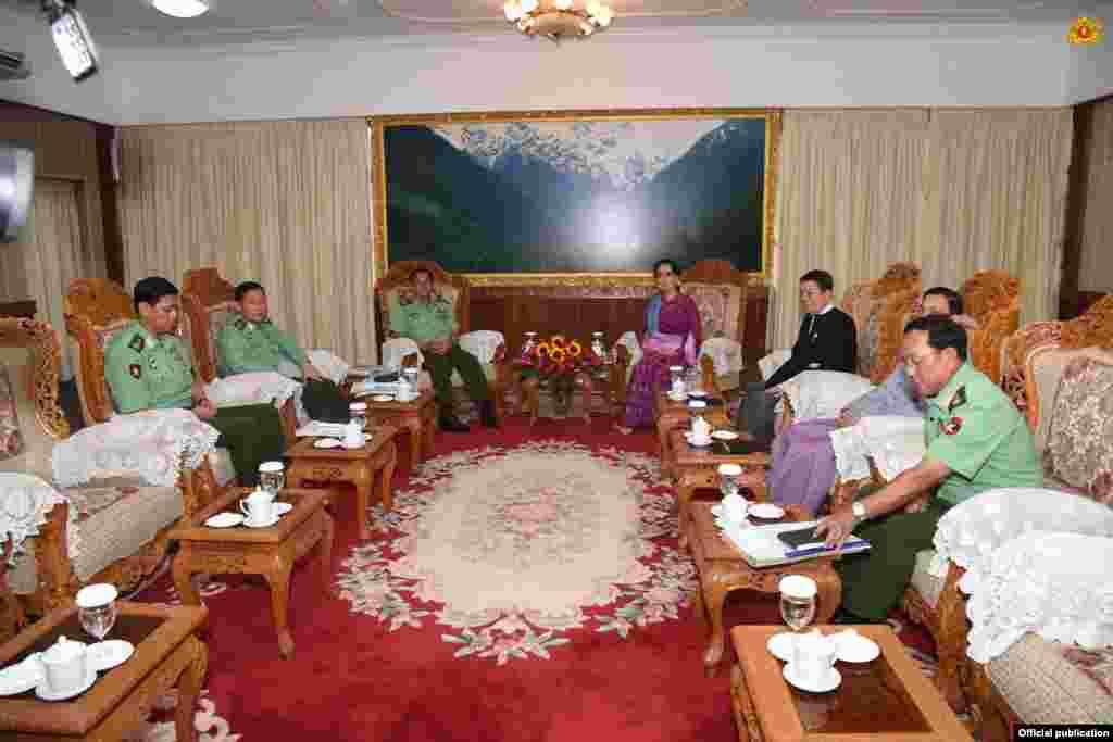 ေဒၚေအာင္ဆန္းစုၾကည္နဲ႔ တပ္မေတာ္ကာကြယ္ေရး ဦးစီးခ်ဳပ္ ဗိုလ္ခ်ဳပ္မွဴးႀကီး မင္းေအာင္လိႈင္တို႔ ေတြ႔ဆံု (ၾသဂုတ္လ ၈ ရက္ေန႔ ၂၀၁၆) ( Myanmar State Counsellor Office)