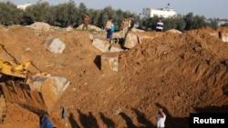 Warga Palestina memeriksa sebuah kamp pelatihan yang hancur akibat serangan udara Israel di Khan Younis, Jalur Gaza Minggu (19/1).