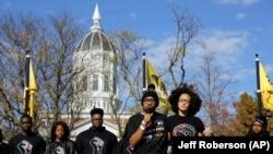 Mahasiswa tengah berbicara kepada orang banyak selama demonstrasi di University of Missouri. (Foto: AP/Jeff Roberson)