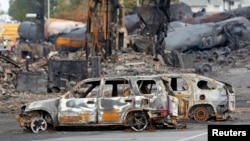 Spaljeni automobili na mestu eksplozije vagona sa naftom u kanadskom mestu Lak Megantik