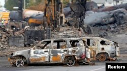 Những chiếc xe bị cháy gần khu vực đoàn tàu ở Lac Megantic, 9/7/2013