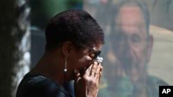 Žena ispred ambasade Kube u Čileu, 26. novembar 2016.
