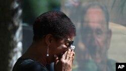 Mulher chora a morte de Fidel Castro numa praça de Santiago do Chile.