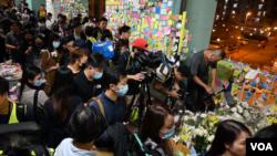 香港民眾星期五晚間(11月8日) 悼念警方在將軍澳清場過程中離奇墜樓身亡的香港科大學生週梓樂。 (美國之音圖片/鬱崗拍攝)
