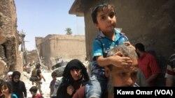 Thường dân chạy lánh chiến sự trong khu Phố Cổ của Mosul, Iraq, ngày 1 tháng 7, 2017.