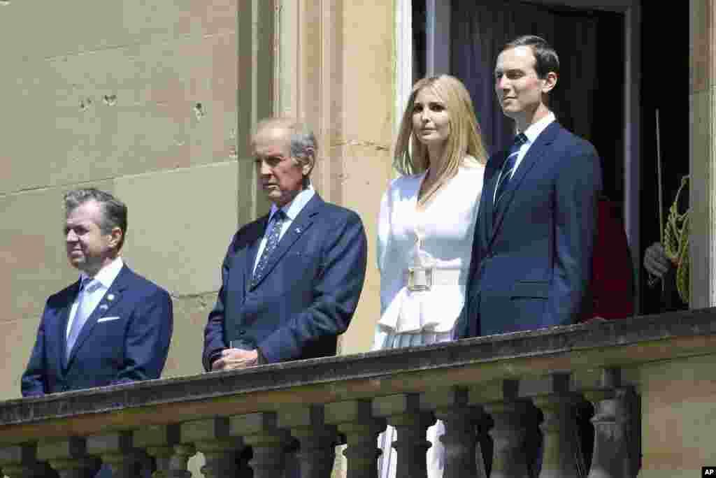 Джаред Кушнер и Иванка Трамп принимают участие в приветственной церемонии по случаю визита президента США Дональда Трампа и первой леди Мелании Трамп. Сад Букингемского дворца, Лондон, 3 июня 2019.