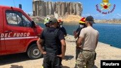 Petugas pemadam kebakaran Italia dari unit Nuklir Biologi Kimia Radiologi (Nuclear Biological Chemical Radiological/NBCR) di lokasi bekas ledakan di pelabuhan Beirut, Lebanon, 9 Agustus 2020. (Foto: Vigili del Fuoco via Reuters)
