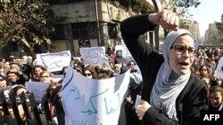 Người biểu tình hô khẩu hiệu chống Hội đồng quân nhân trong 1 cuộc biểu tình ở Cairo, 5/2/2012