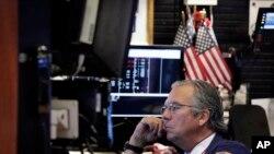 纽约证交所交易员汤姆斯·凯在开盘前盯着电脑屏幕上的股市行情。 (2015年8月24日)