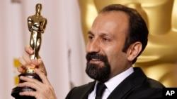 Đạo diễn người Iran Asghar Farhadi với tượng vàng Oscar cho phim nước ngoài hay nhất 'A Separation' tại Lễ trao giải Oscar lần thứ 84 ở Hollywood, ngày 26 tháng 2, 2012