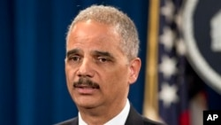 美国司法部长霍尔德为对泄密事件做调查的行动辩护