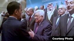 Presiden Palestina Mahmoud Abbas menyampaikan apresiasi kepada Presiden Indonesia Joko Widodo (kiri) atas dukungan kuat Indonesia kepada Palestina, dalam KTT OKI di Istanbul, Turki hari Rabu (13/12). (Courtesy: Setpres RI).