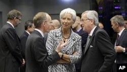 22일 룩셈부르크에서 열리고 있는 유로존 재무장관 회담에 참석한 뤽 프리덴 룩셈부르크 재무장관(왼쪽), 크리스틴 라가르드 IMF총재(가운데), 장 클로드 융커 유로존 의장(오른쪽).