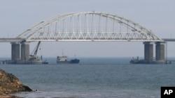 Krimski most, poznat i kao Kerčki most je drumsko-železnički most u Rusiji preko Kerčkog moreuza koji spaja grad Kerč i Krimsko poluostrvo sa kontinentalnim delom zemlje, Foto: AP
