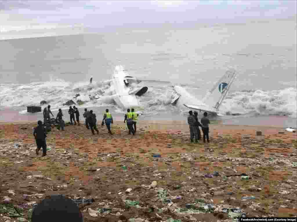Des secouristes et les services de sécurité en activités près de l'épave de l'avion abîmé sur la côte, au Port Bouet, Abidjan, Côte d'Ivoire, 14 octobre 2017. (Facebook/Ivoirmixdj.com)