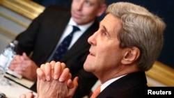 Menlu AS John Kerry bertemu dengan Menlu Iran Javad Zarif (tidak terlihat dalam foto) dalam sebuah pertemuan di Wina, 21/11/2014.