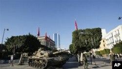 坦克駐守在突尼斯的中部