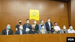 """香港22名民主派立法会议员8月12日发表联合声明表示,中国人大决定现届立法会将延任""""不少于一年"""",是白纸黑字与《基本法》第69条""""每届任期四年""""的规定相违背。 (美国之音汤/惠芸摄)"""