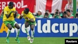 Emmanuel Adebayor fête un premier but contre la Corée du sud lors de la coupe du monde à Frankfort, le 13 juin 2006.