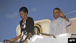 Predsednik Obama i prva dama Mišel izlaze iz predsedničkog aviona po sletanju u vojnu bazu Hikam u Honoluluu, gde se održava samit APEK-a