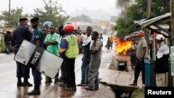Les habitants de Beni bloquent la route en protestation contre la série de tueries à Beni dans le Nord-Kivu, République Démocratique du Congo, le 22 octobre 2014.