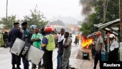 Warga menutup jalan untuk memprotes pembunuhan dua warga lokal di Beni di provinsi Kivu utara, Republik Demokratik Kongo, 22 Oktober 2014. (Foto: dok.)