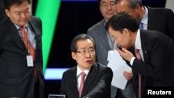 自由韩国党主席洪准杓2017年4月作为总统候选人准备电视辩论(资料照片)