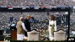 Tổng thống Mỹ Donald Trump (giữa), Đệ nhất phu nhân Melania Trump (phải) và Thủ tướng Ấn Độ Narendra Modi.