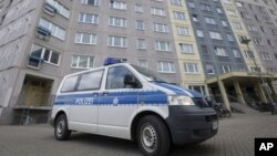 Xe của cảnh sát Đức trước tòa nhà ở Erfurt, ngày 17/3/2021. Photo DPA via AP.