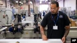 지난해 8월 미국 필라델피아 시 한 공장에서 근로자가 건축자재를 정렬하고 있다.