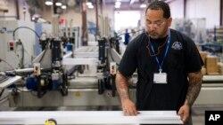 지난해 8월 필라델피아 시의 한 공장에서 근로자가 건축 자재들을 조립하고 있다.