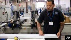 Một công nhân lắp ráp vật liệu xây dựng làm việc tại công ty Northeast Building Products ở Philadelphia.