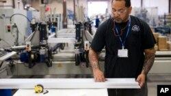 Sự kiện có thêm nhiều việc làm tương phản hẳn với một phúc trình kinh tế trước đó, cho thấy nền kinh tế Mỹ đã co cụm trong 3 tháng đầu năm nay.