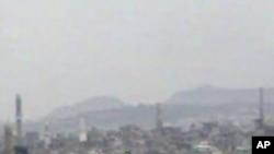 电视画面显示也门军队直升机从尘埃中飞起把美国等各国大使接走.
