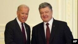 Mataimakin Shugaban Amurka Joe Bidenda shugaban Ukraine Petro Poroshenko jiya a Kiev