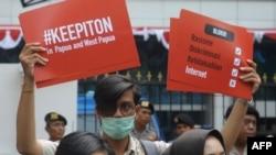 Seorang aktivis dalam unjuk rasa di depan Kementerian Komunikasi dan Informasi di Jakarta, menuntut pemerintah membuka akses internet di Papua dan Papua Barat, 23 Agustus 2019. (Foto: AFP)