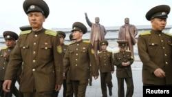 2017年4月25日,朝中社發布的照片顯示, 在北韓建軍節,北韓軍人走在前領導人人今日成和金正日的青銅像前面