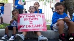 Niños migrantes detenidos por la patrulla fronteriza están siendo reubicados en centros de detención y albergues mientras esperan su cita con el juez