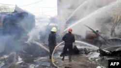 敘利亞阿拉伯新聞社發表的照片顯示2012年8月15日聯合國敘利亞觀察團在大馬士革下榻的酒店附近發生炸彈爆炸事件之後,救火隊員正在滅火。