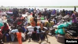Pengungsi yang menghindar dari pertempuran antara tentara Sudan Selatan dan pemberontak, menunggu perahu untuk menyeberangi Sungai Nil, di Bor, sekitar 180 km (112 mil), barat laut dari ibukota Juba, 30 Desember 2013 (Foto: dok).