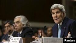 Ngoại trưởng Mỹ John Kerry (phải) xuất hiện trước Ủy ban Đối ngoại Thượng viện ở Washington, ngày 23/7/2015.