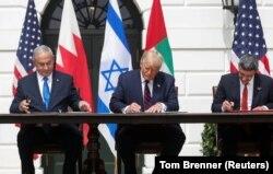 واشنگٹن میں اسرائیلی وزیر اعظم نتن یاہو متحدہ عرب امارت کے ساتھ معاہدے پر دستخط کر رہے ہیں۔ تصویر میں صدر ٹرمپ بھی موجود ہیں۔ 14 ستمبر 2020