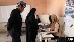 رای دهندگان کُرد در یک شعبه رایگیری در شهر اربیل، کردستان عراق - ۱۸ مهر ۱۴۰۰