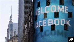 Tulisan 'Selamat Datang Facebook' pada layar monitor NASDAQ di Times Square, New York pada saat penawaran saham perdana kepada publik (foto: dok).